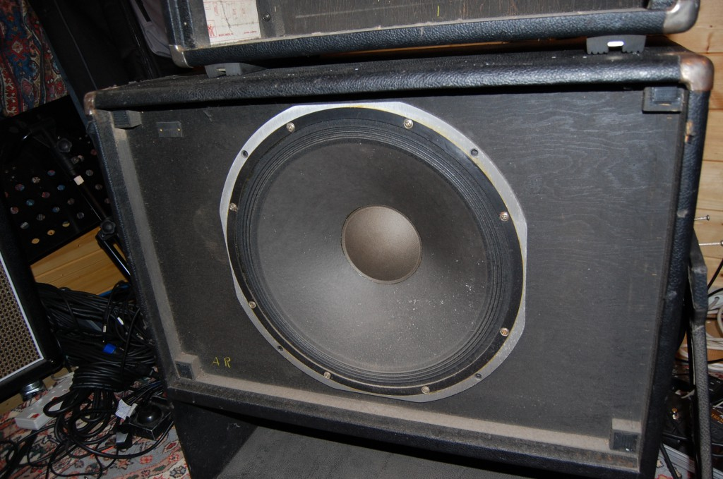 "Single 15"" speaker in reflex cab."