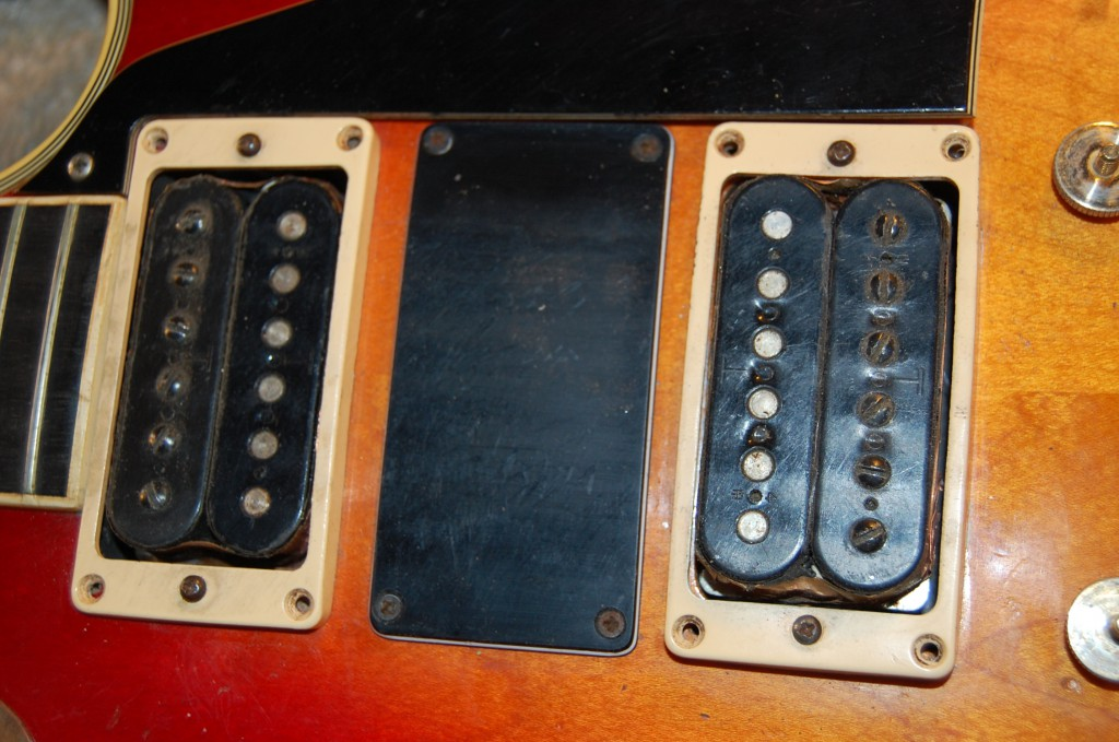 Both pickups T topped Gibson pcikups. Looked much better open coil