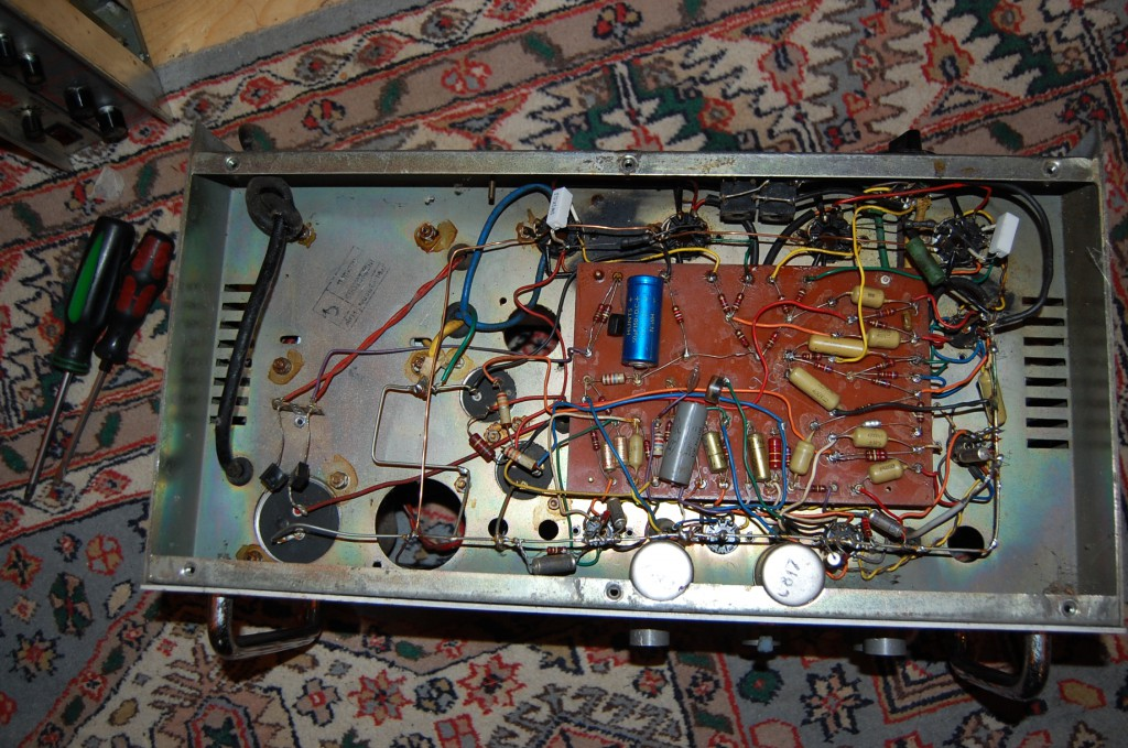 Fairly neat inside.. Good Earth Bus.. which someone has added too (probably to reduce hum in the output stage. Now all referenced to one point on the chassis nice..
